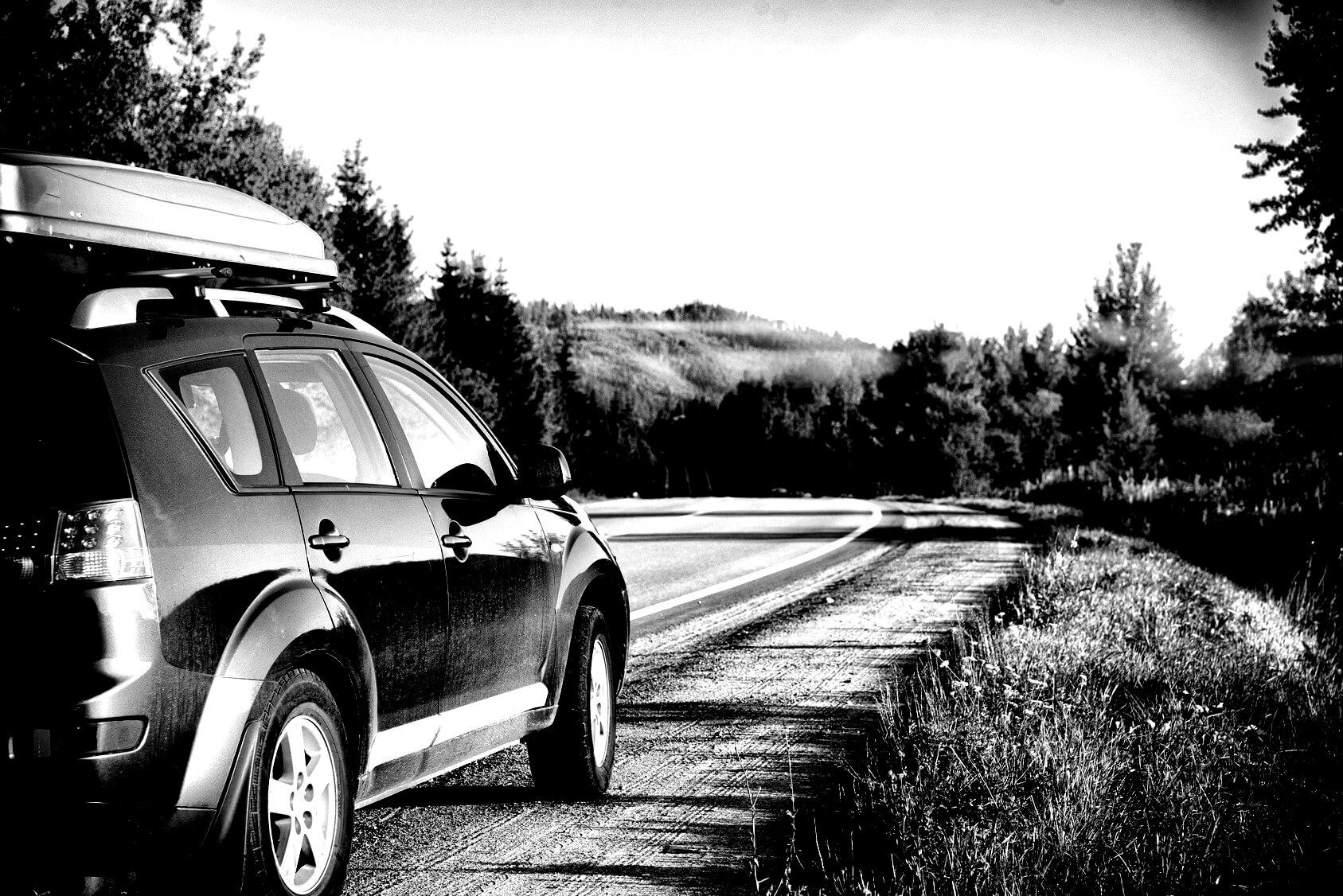 Auto auf einer Bergstraße